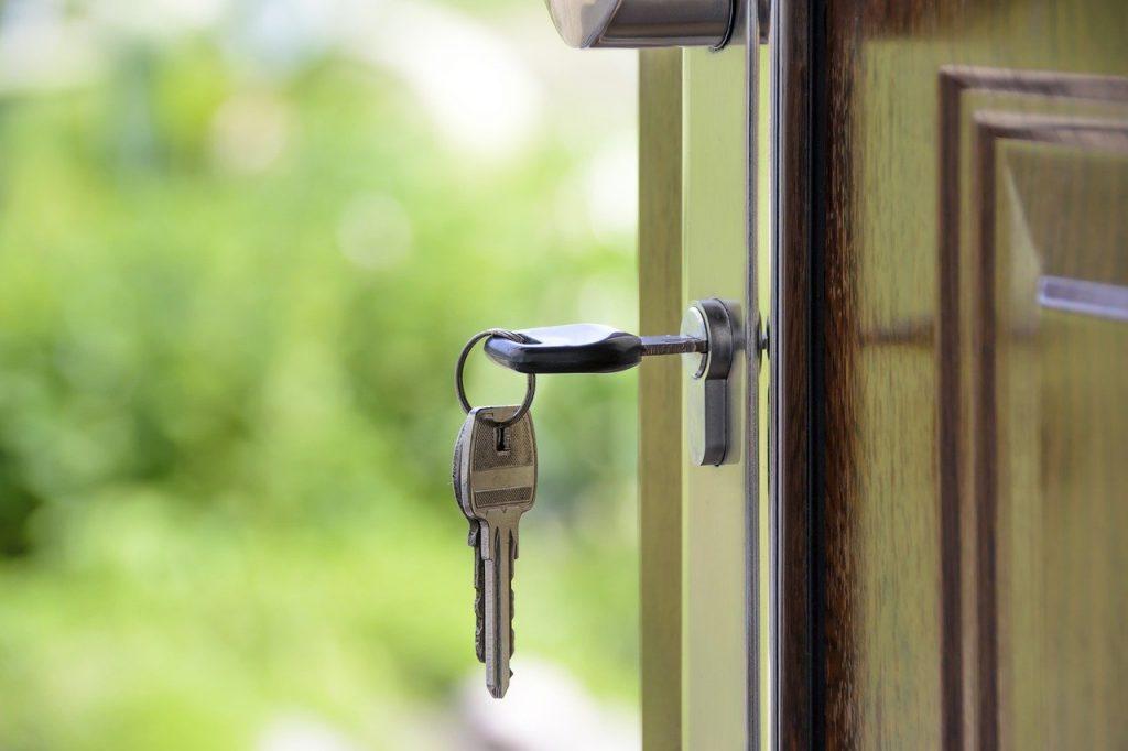 clé dans la serrure d'une porte d'entrée